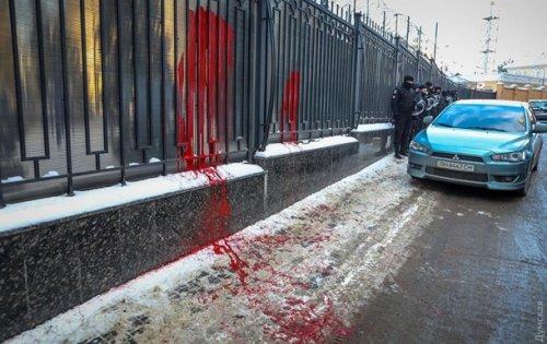 В Одессе российское консульство облили краской - (видео)