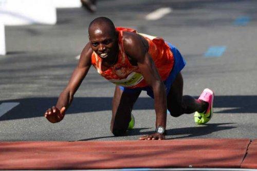 Кенийский марафонец позлком добрался до финиша и занял второе место (+Видео) - «Спорт»