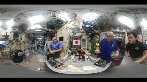 Российские космонавты учатся готовить суши в невесомости  - (ВИДЕО)