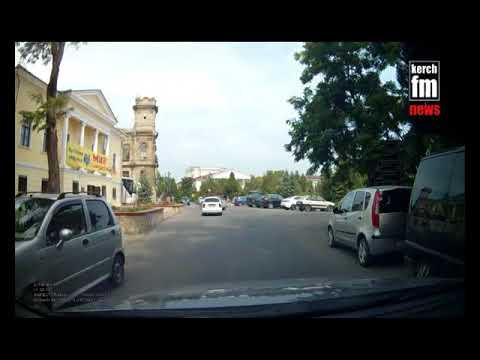 В Керчи ребенок на самокате выехал под колеса машины  - (ВИДЕО)
