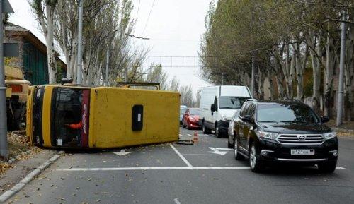 ДТП вМакеевке: Автобус наскочил напень иперевернулся, есть пострадавшие - «Транспорт»