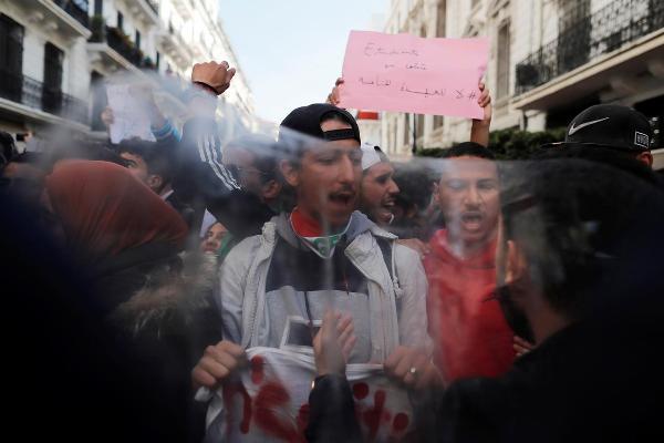 Алжирский протест: «Игра окончена», говорит молодёжь 82-летнему президенту - «Ближний Восток»
