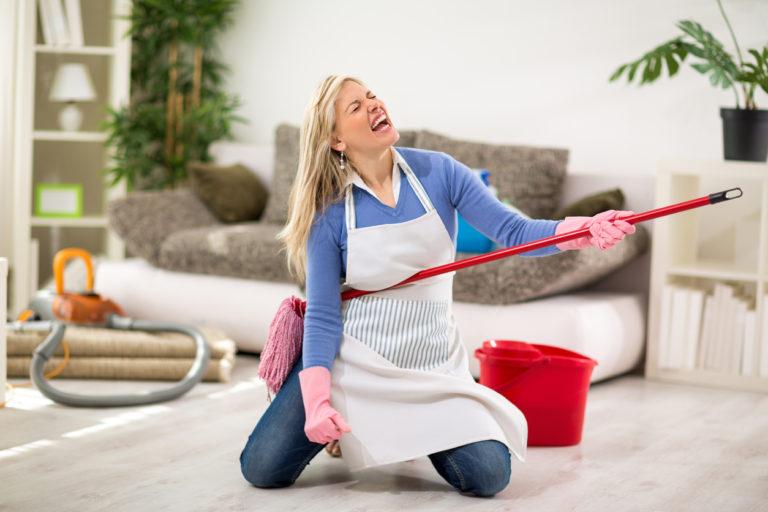 Супруга не убирается, а я и не против: расскажу, сколько я выделяю на уборщицу в месяц